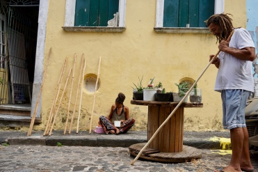 Hombre tallando un berimbau